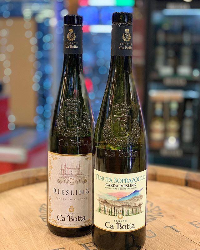 МЫ РАЗНЫЕ… .  1️⃣RIESLING BENACO BRESCIANO IGT 2013 года  Состав: виноград рислинг 100%  Виноград растет на озере Гарда близ города Сало'. Хорошая кислотность, минеральное, в аромате много кураги, сладковатых оттенков. Акация, лайм, белый персик — вино получилось более фруктовое и яркое, чем традиционное немецкое исполнение.  С чем подавать: 🍽 Вино запомнится своей живой кислотностью и плотным телом. Подойдет жареным креветкам, грилю из морской рыбы, стерляди в сливочном соусе.  Награды: 🥇Gilbert & Gaillard (Франция) -87/100 (золото)  2️⃣GARDA RIESLING 2018 #незарулем #дорогаяможетвина #вино #виномосква