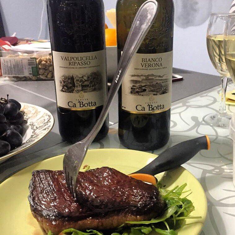 Белое или красное?  Поклонники вин Ca'Botta предпочитают оба — и под сочный стейк, и просто как аперитив. А у вас есть любимое вино? Или же предпочтения зависят от выбранных блюд — мясо, рыба, сыры?