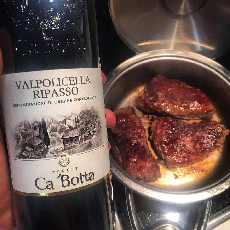 Идеальное вино для уикенда: Valpolicella Ripasso Ca'Botta из вяленого винограда. Вино полнотелое, мощное, благородное. Кожа, шоколад и спелые ягоды. Отлично пьется в компании с мясом, дичью и выдержанными сырами. Каждая бутылка содержит 1,8