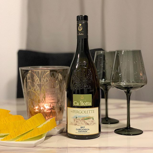 ?Фирменное авторское белое сухое вино, произведенное только из вяленого винограда с длительной мацерацией и очень медленной ферментацией на осадке. . ?Это белое вино с особо плотным телом было создано с использованием итальянской технологии аппассименто по рецепту знаменитого Амароне. . ?Авторское белое сухое вино из вяленого винограда, изготовленное по методу «appassamento» из тщательно отобранного винограда Гарганега. . ?Для этого вина отбирается только зрелый виноград позднего сбора — соломенно- желтого цвета с лёгким золотистым оттенком. Вино имеет сложную и в тоже время элегантную и хорошо сбалансированную структуру. Le Pergolette раскрывается ароматами персика, золотого яблока, банана и миндаля, затем проступают тона белых цветов. Кислотность и плотность хорошо сбалансированы и гармонируют друг с другом, приятно дополняя друг друга.  Несмотря на то, что это вино сухое по характеру, у него приятное сладкое послевкусие спелых сухофруктов. Мягкий минеральный вкус приятно гармонирует с нотами абрикосов и груш с миндальным послевкусием. . ?С чем подавать Le Pergolette легко пьется и не кажется крепким, это вино прекрасно выступитр в паре с первыми блюдами из белого мяса, а также с мягкими и приправленными сырами и рыбой. . ?Le Pergolette Garganega Bianco Veronese IGT готово к употреблению сразу после открытия бутылки, но для лучшего удовольствия ему требуется около 10 минут декантации.  Награды ? Luca Maroni (Италия) — 92/100 #незарулем #дорогаяможетвина