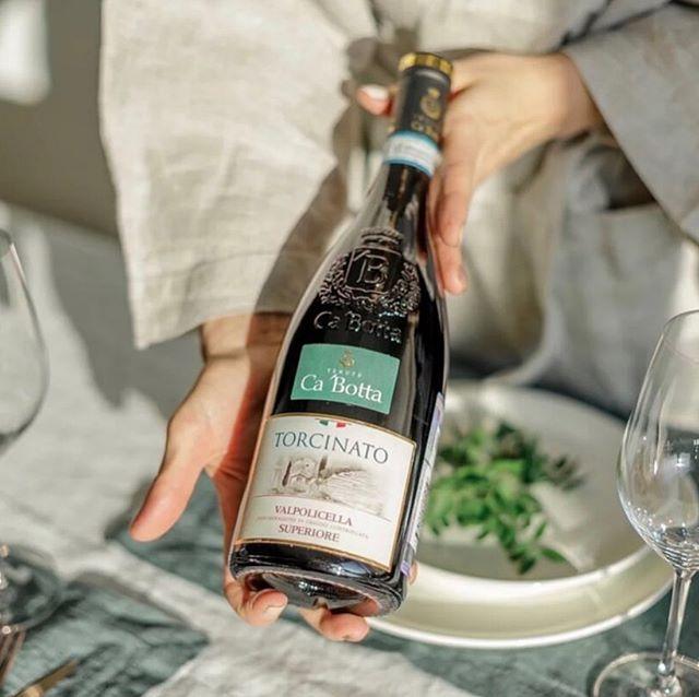 ГАСТРОНОМИЧЕСКОЕ УДОВОЛЬСТВИЕ  Torcinato Valpolicella DOC Superiore  отлично подойдет к тушеному кролику, маринованному в сметане, а так же к итальянской пасте с копченостями и стейку с кровью.  Вино готово к употреблению сразу после открытия бутылки, но для оптимального вкуса и элегантного аромата желательно аэрировать вино в декантере не менее 30 минут.  Скидка от количества 1 бутылка: 2650 Р. 6 бутылок по: 2 385 Р., +скидка по клубной карте «НЕЗА??УЛЕМ»  ____________________________________ Вы пьёте красные вина? Какие блюда вы готовите к красным винам?  ___________________________________  Nezarylem.ru  8-495-255-25-15 #дорогаяможетвина #незарулем #каботта #виномосква
