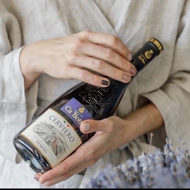 Cerviero Rosso Veneto IGT  Супервенето — где ягодная корвина встречается с танинным каберне. Это авторское вино созданное как вариация на идею великого Амароне.  Завяленый 3 месяца виноград и 6 месяцев выдержки в американском дубе дают плотность равную классическому Амароне.  Танины сорта Каберне делают его свежим и уникальным. Красное сухое вино Крепость алкоголя 14,5% Выдержка в бочке 6 месяцев в американском дубе.  Создано только из вяленого винограда Корвина 50%, Корвиноне 20%, Каберне 25%, Туркетта 5%. Время заизюмливания 70 дней Процент заизюмленного винограда в вине 100%. В каждой бутылке 2,2 #каботта #вино #незарулем #дорогаяможетвина
